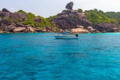 Tropikalny piaskowatej pla?y i bujny zielony ulistnienie na tropikalnej wyspie, Similan wyspy Tajlandia obrazy stock