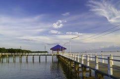 Tropikalny plaża bar z niebieskim niebem i chmurą Obrazy Royalty Free