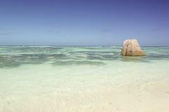 Tropikalny plażowy źródło D'Argent przy wyspa losem angeles Digue, Seychelles - urlopowy tło Obrazy Stock