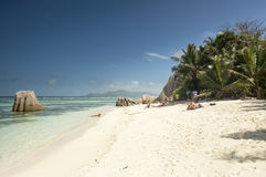 Tropikalny plażowy Anse źródło D'Argent przy losu angeles Digue wyspą, Seychelles - urlopowy tło Obraz Royalty Free