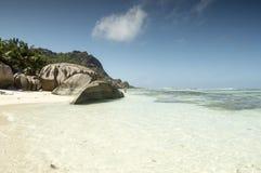 Tropikalny plażowy Anse źródło D'Argent przy losu angeles Digue wyspą, Seychelles - urlopowy tło Obrazy Stock