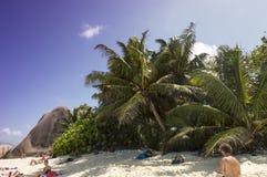 Tropikalny plażowy Anse źródło D'Argent przy losu angeles Digue wyspą, Seychelles - urlopowy tło Obrazy Royalty Free