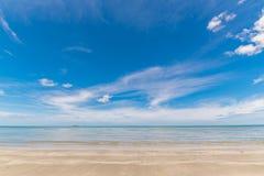 Tropikalny plażowy morze, piasek i letni dzień, obraz royalty free