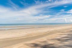 Tropikalny plażowy morze, piasek i letni dzień, zdjęcia royalty free