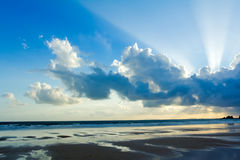 Tropikalny plażowy zmierzchu niebo Z Zaświecać chmurami obrazy royalty free