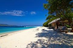Tropikalny plażowy bungalow na oceanu brzeg Zdjęcia Stock