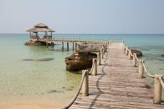 Tropikalny plaży i quay molo w wyspy Koh Kood, Tajlandia Obraz Stock