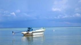 Tropikalny raj na Koh Phangan Żagiel łódź w Lazure turkusowym morzu w chmurnym dniu na pięknym niebie na tle zdjęcie wideo