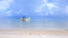Tropikalny raj przy Koh Phangan Żagiel łódź w Lazure turkusowym morzu w chmurnym dniu na pięknym niebie na tle zbiory wideo