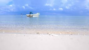 Tropikalny raj przy Koh Phangan Żagiel łódź w Lazure turkusowym morzu w chmurnym dniu na pięknym niebie na tle zdjęcie wideo