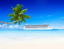 Tropikalny raj z statkiem wycieczkowym i drzewkiem palmowym Zdjęcie Royalty Free