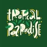 Tropikalny raju zwrot Ręka rysujący wektorowy literowanie Lato wycena Odizolowywający na zielonym tle ilustracji