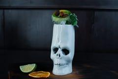 Tropikalny słodki koktajl z: tequila, biały rum, owoc kawałki i nowi liście na drewnianym stole w barze, zdjęcia royalty free
