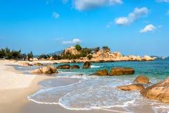 Tropikalny Seascape z Białą Piaskowatą plażą, Macha, skały, chmury i niebo, fotografia stock