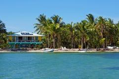 Tropikalny seashore z plażowym domem zdjęcia royalty free
