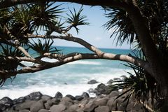 Tropikalny skalistej plaży oceanu strzał zdjęcia stock
