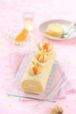 Tropikalny Szwajcarskiej rolki tort z Mangowym Kremowego sera plombowaniem Obrazy Stock