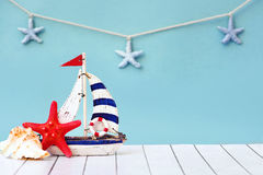 tropikalny tła lato wakacyjny plakatowy Morze karta z statkiem, piaskiem, skorupami i rozgwiazdą na błękitnego tła odgórnym widok Zdjęcie Stock