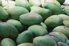 Tropikalny Tajlandzki zielony mango jest popularnym owoc w koszu ochraniać i utrzymywać świeży, zdjęcia royalty free