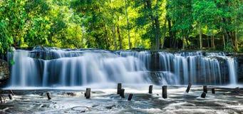 Tropikalny tropikalnego lasu deszczowego krajobraz z bieżącą błękitne wody Kulen w Zdjęcie Stock