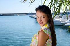 Tropikalny wakacje. Pięknej dziewczyny uśmiechnięta pozycja pod drzewkiem palmowym. Zdjęcie Royalty Free