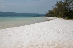 Tropikalny wyspa widok z turkusową błękitne wody i biały piasek wyrzucać na brzeg Pokojowy krajobraz egzotyczny raj zdjęcia stock
