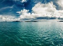 Tropisch aardlandschap met overzees en wolken Stock Afbeeldingen