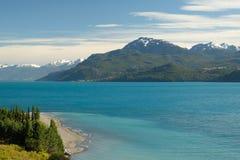 Tropisch blauw meer Algemene Carrera, Chili met landschapsbergen stock foto