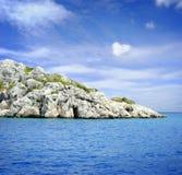 Tropisch blauw overzees en eiland Stock Afbeelding