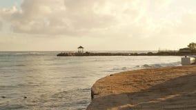 Tropisch Caraïbisch die beachfronthotel in Montego Bay, Jamaïca wordt gevestigd stock footage