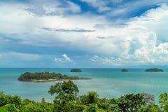 Tropisch die eiland door duidelijke turkooise overzees wordt omringd thailand stock foto's