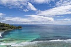 Tropisch die strand met overzees en palm uit hommel wordt genomen Strand en overzees stock foto's
