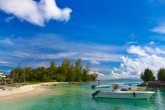 Tropisch eiland bij Seychellen en boten Royalty-vrije Stock Afbeelding