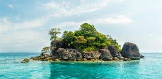 Tropisch eiland in de oceaan, stock afbeeldingen