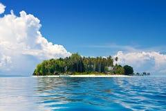 tropisch eiland in de zon met blauwe hemelen Royalty-vrije Stock Foto