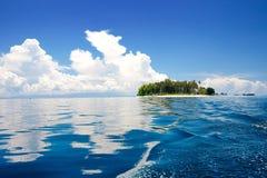 Tropisch eiland in de zon met blauwe hemelen Stock Foto's