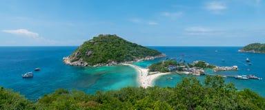 Tropisch eiland en rust op de oceaankust stock afbeelding