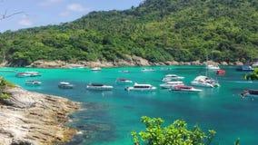 Tropisch eiland met het eiland van toevluchtracha, Phuket-Provincie, Thailand stock footage