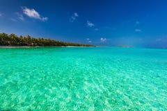 Tropisch eiland met zandig strand en oorspronkelijk water Stock Afbeelding