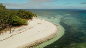Tropisch eiland met zandig strand Mantiqueeiland, Filippijnen stock videobeelden