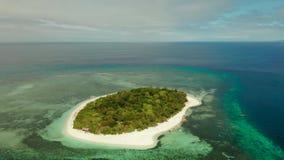 Tropisch eiland met zandig strand Mantiqueeiland, Filippijnen stock footage