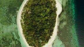 Tropisch eiland met zandig strand Mantiqueeiland, Filippijnen stock video