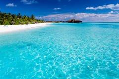 Tropisch eiland met zandig strand met palmen Stock Afbeelding