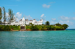Tropisch eilandherenhuis door het overzees Stock Afbeelding