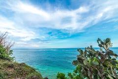 Tropisch eilandlandschap, oceaan op een bacakground Mooie mening van de klip aan het kust Openluchtlandschap, Bali Stock Fotografie
