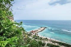 Tropisch eilandlandschap, oceaan op een bacakground Mooie mening van de klip aan het kust Openluchtlandschap, Bali Royalty-vrije Stock Fotografie