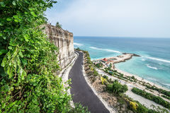 Tropisch eilandlandschap, oceaan op een bacakground Mooie mening van de klip aan het kust Openluchtlandschap, Bali Stock Foto