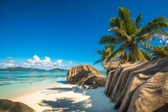 Tropisch eilandstrand, Bron D ` Argent, La Digue, Seychellen stock fotografie