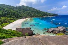 Tropisch eilandstrand en duidelijk blauw lagunewater met blauwe hemel bij Similan-Eiland, de Provincie van Phang Nga, Zuiden van  Stock Fotografie