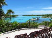 Tropisch Eilandstrand en Turkooise Blauwe Overzees Stock Foto's